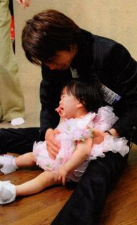 papa-chan holding crying aka-chan